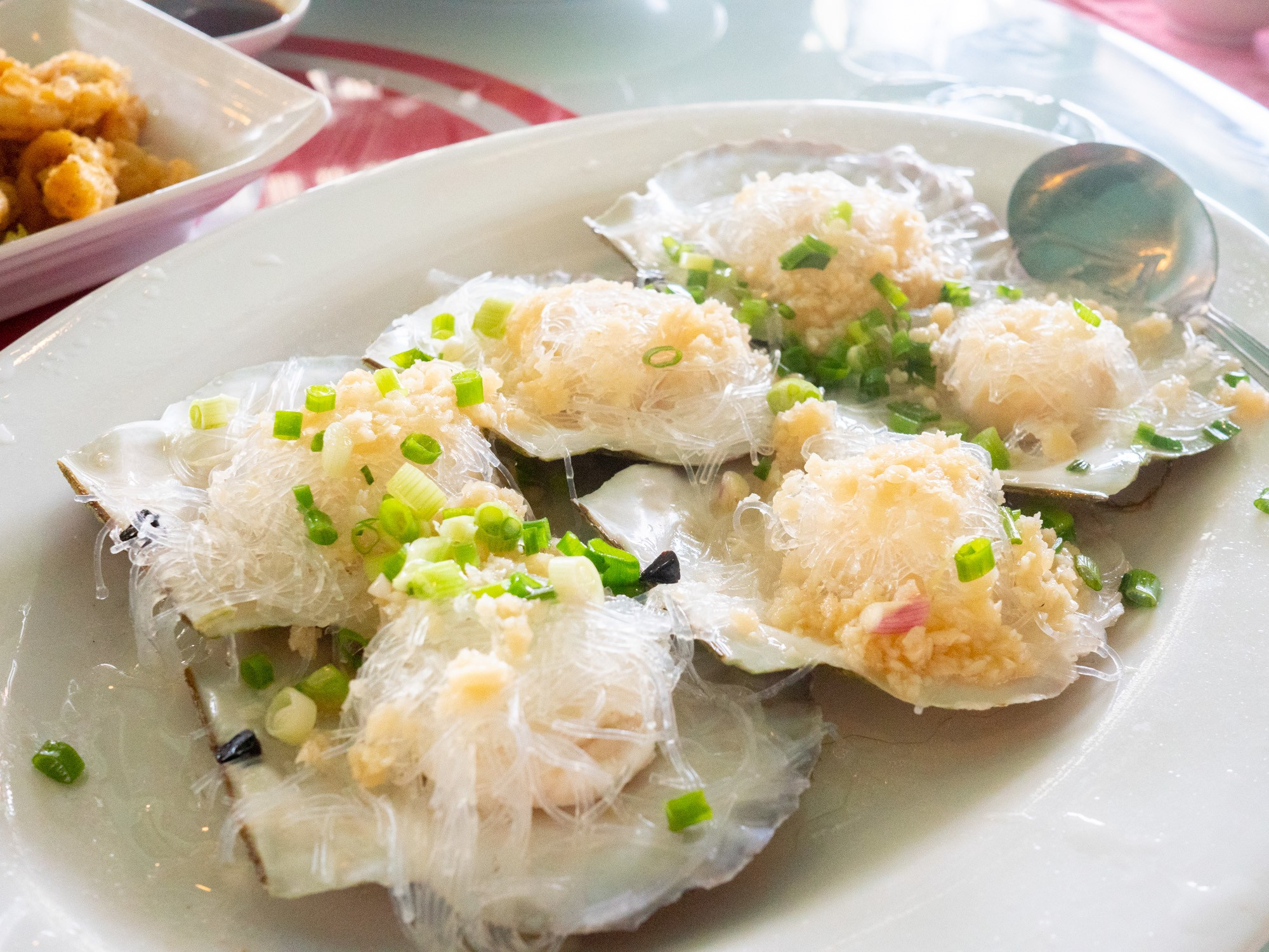 Steamed scallops with garlic and rice noodles (蒜蓉粉丝带子蒸)